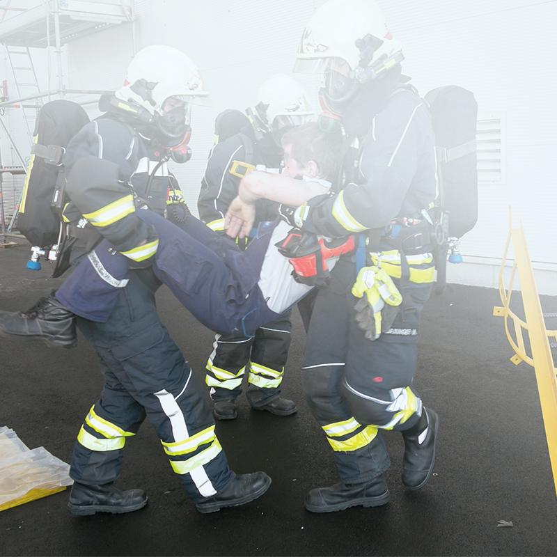 Feuerwehrmänner bergen einen Verletzten