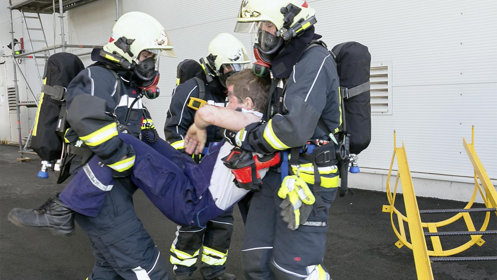 Feuerwehrleute bergen einen Verletzten